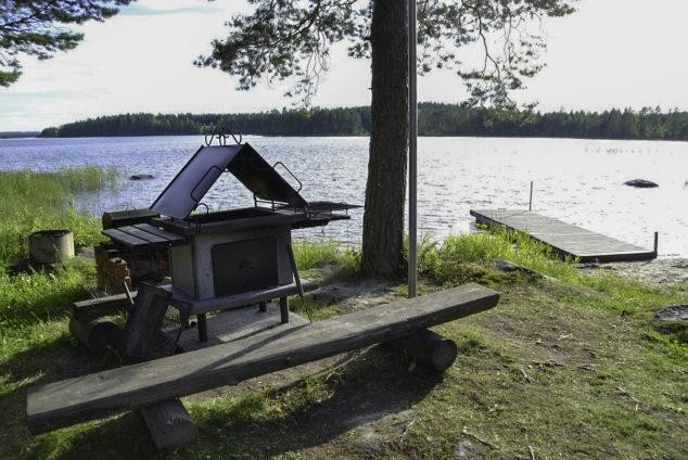Barbecue at a lakeside cottage in Hattusaari